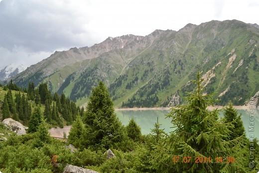 Большое Алматинское озеро (каз. Үлкен Алматы көлі) расположено в ущелье реки Большая Алматинка на высоте 2511 м над уровнем моря, в 28,5 км к югу от Алма-Аты. Лежит во впадине, окружённой со всех сторон горными вершинами.   фото 9