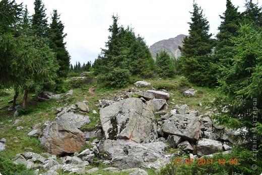 Большое Алматинское озеро (каз. Үлкен Алматы көлі) расположено в ущелье реки Большая Алматинка на высоте 2511 м над уровнем моря, в 28,5 км к югу от Алма-Аты. Лежит во впадине, окружённой со всех сторон горными вершинами.   фото 5