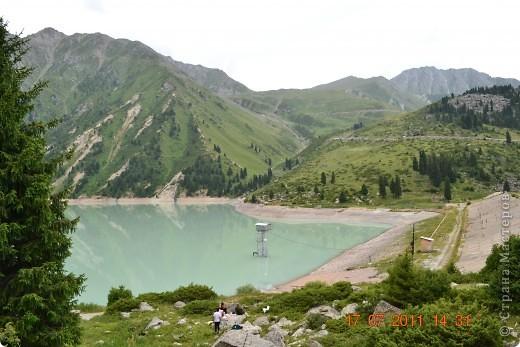 Большое Алматинское озеро (каз. Үлкен Алматы көлі) расположено в ущелье реки Большая Алматинка на высоте 2511 м над уровнем моря, в 28,5 км к югу от Алма-Аты. Лежит во впадине, окружённой со всех сторон горными вершинами.   фото 4