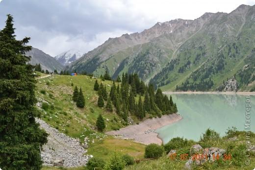 Большое Алматинское озеро (каз. Үлкен Алматы көлі) расположено в ущелье реки Большая Алматинка на высоте 2511 м над уровнем моря, в 28,5 км к югу от Алма-Аты. Лежит во впадине, окружённой со всех сторон горными вершинами.   фото 6