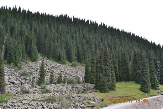 Большое Алматинское озеро (каз. Үлкен Алматы көлі) расположено в ущелье реки Большая Алматинка на высоте 2511 м над уровнем моря, в 28,5 км к югу от Алма-Аты. Лежит во впадине, окружённой со всех сторон горными вершинами.   фото 14