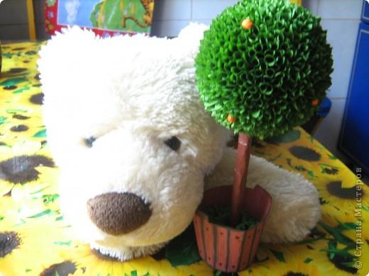Мне понадобилось: шарик елочный, бумага гофрированная, палочки для шашлыков, гуашь, пластелин... фото 2