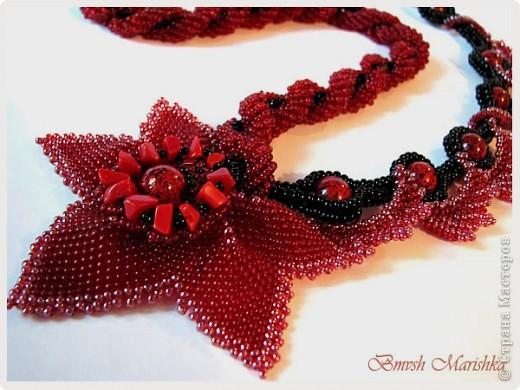 """Колье """"терпкого"""" красного цвета, крупные бусины и оплетающие листики, поэтому и назвала - Лоза. Колье длинное - 60см. Материал - чешский бисер и бусины, коралловая крошка, фурнитура. фото 2"""