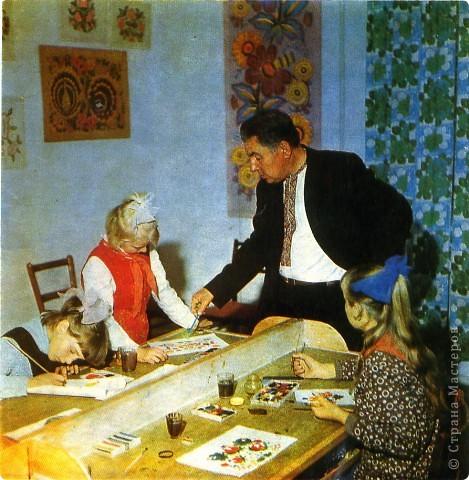 """К выдающимся мастерам старшего поколения принадлежит Надежда Аврамовна Белоконь (1893 - 1981), Мастер народного творчества (1936), член Союза художников СССР (1962).    Технике петриковской росписи она научилась у матери, а вдохновляла ее волшебная украинская природа, которую маленькая Надийка очень любила. С 12 лет она стала помогать матери украшать дом малевками, а с 14, как и Татьяна Пата, уже зарабатывала на жизнь рисованием. Художница вспоминала: """"Рисование давало мне, во-первых, бесконечное удолентворение (втіху) и удовольствие, а во-вторых, это было материальное обеспечение моей семьи"""".     Когда Н.Белоконь вышла замуж, она научила рисовать цветы своего мужа, его мать, своих подруг -Арину Пилипенко иНадежду Тимошенко, и все вместе они изготавливали малевки на продажу. Эти рисунки на бумаге имели большой спрос и с успехом продавались на базарах Екатеринославщины и Полтавщины.    Свои композиции Н.Белоконь создавала очень быстро, наследуя местные традиции стенописи, вытынания, вышивки. Ее творческое наследие состоит из 2-х частей: во-первых, это традициооные цветочные композиции и ,во-вторых,  сюжетно-жанровые фигуративные картины:""""Весілля"""", """"Українські дівчата"""", """"Роман і Оксана"""", """"Пряха"""" и другие.Художница изобрела свой собственный жанр - """"свадебный поезд"""". На Украине поездом называли невесту, жениха и всех гостей, которые отправились на свадьбу. Одну из таких работ смотрите ниже. фото 2"""