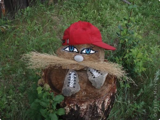 Ванька-огородничий встречает нас на даче. Ванька  от того, что дача в с. Иван-Озеро. Идея  - с сайта, правда в оригинале он без ног и стоит на траве.   фото 2