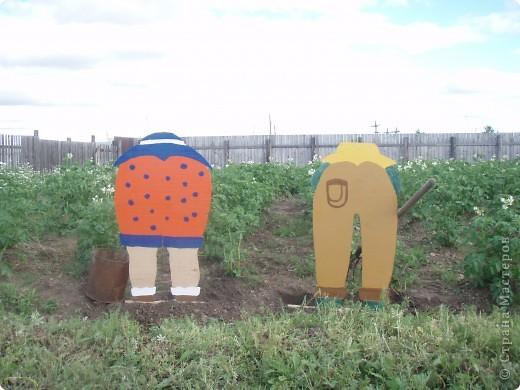 Ванька-огородничий встречает нас на даче. Ванька  от того, что дача в с. Иван-Озеро. Идея  - с сайта, правда в оригинале он без ног и стоит на траве.   фото 7