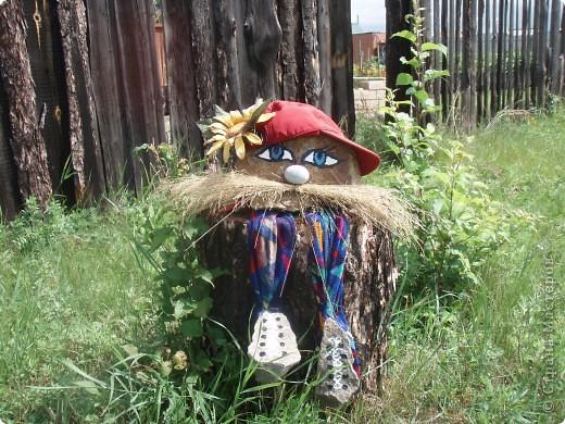 Ванька-огородничий встречает нас на даче. Ванька  от того, что дача в с. Иван-Озеро. Идея  - с сайта, правда в оригинале он без ног и стоит на траве.   фото 1