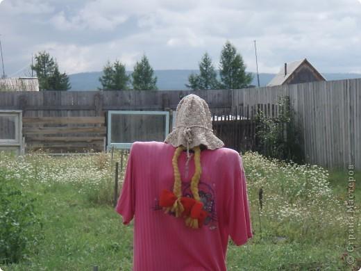 Ванька-огородничий встречает нас на даче. Ванька  от того, что дача в с. Иван-Озеро. Идея  - с сайта, правда в оригинале он без ног и стоит на траве.   фото 4