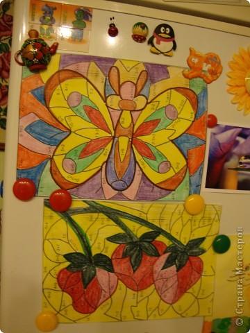 Мой сынуля любит рисовать, и конечно,  хочется работами любоваться, куда-то их выставлять. Раньше для этих целей использовалась стена на кухне. Работы прикалывались иголочками и кнопками. Но, потом в кухне был сделан ремонт и стену решили заменить холодильником.  фото 2