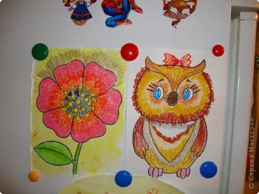 Мой сынуля любит рисовать, и конечно,  хочется работами любоваться, куда-то их выставлять. Раньше для этих целей использовалась стена на кухне. Работы прикалывались иголочками и кнопками. Но, потом в кухне был сделан ремонт и стену решили заменить холодильником.  фото 3