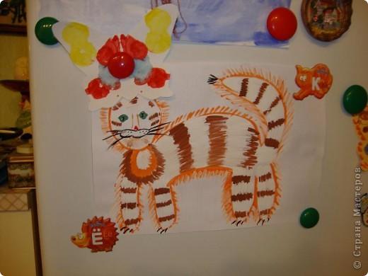 Мой сынуля любит рисовать, и конечно,  хочется работами любоваться, куда-то их выставлять. Раньше для этих целей использовалась стена на кухне. Работы прикалывались иголочками и кнопками. Но, потом в кухне был сделан ремонт и стену решили заменить холодильником.  фото 4