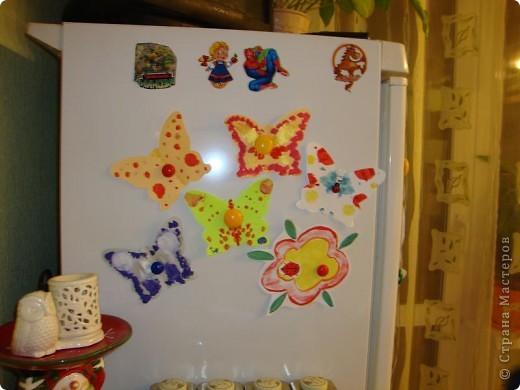 Мой сынуля любит рисовать, и конечно,  хочется работами любоваться, куда-то их выставлять. Раньше для этих целей использовалась стена на кухне. Работы прикалывались иголочками и кнопками. Но, потом в кухне был сделан ремонт и стену решили заменить холодильником.  фото 6