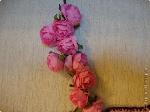 """Это панно расположено на стене кухни над столом. Павлины связаны крючком из """"Ириса"""", накрахмалены и приколоты к стене иголочками.  фото 8"""