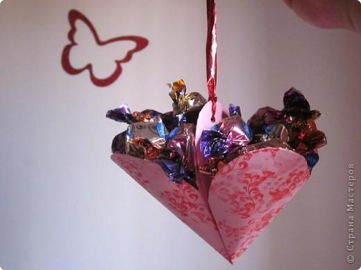Всем доброго времени суток! Хочу поделиться с вами как сделать сувенирный пакетик в форме сердца. Думаю вашим близким будет приятно получить сувенир в такой упаковке.  фото 1