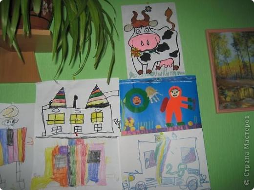 Мой сынуля любит рисовать, и конечно,  хочется работами любоваться, куда-то их выставлять. Раньше для этих целей использовалась стена на кухне. Работы прикалывались иголочками и кнопками. Но, потом в кухне был сделан ремонт и стену решили заменить холодильником.  фото 1