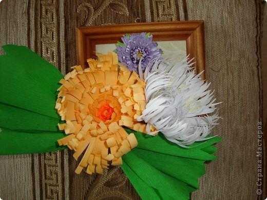 Эту композицию я сделала подруге на день рождения, он у нее осенью. Получились хризантемы- астры. Я думала, что похоже на хризантемы, а подруга сказала, что это - астры, ее любимые цветы.  фото 3