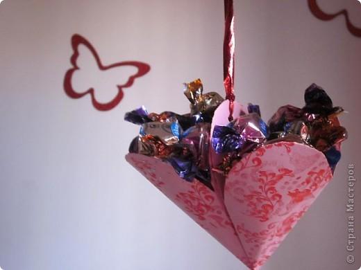 Всем доброго времени суток! Хочу поделиться с вами как сделать сувенирный пакетик в форме сердца. Думаю вашим близким будет приятно получить сувенир в такой упаковке.  фото 27