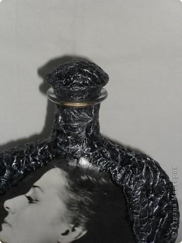 С 1973 года я бережно хранила этот портрет Майи Плисецкой, вырезанный мной из какого-то журнала. Так хранила и берегла, что не потерялся он при многочисленных переездах, он был мне дорог, чем и сама не знаю, просто дорог! Теперь, надеюсь, в таком виде он сохранится ещё на долгие годы! Хотелось бы ещё услышать ваш совет по поводу обратной стороны бутылки. Мне кажется, что зря я наклеила эту танцующую балет пару. Во-первых по цвету очень выбивается этот сюжет из всей композиции, он хоть и чёрно-белый, но намного светлее самой МАЙИ. Наверное стоит его задекорировать, как и всю бутылку? Посоветуйте!!! фото 4