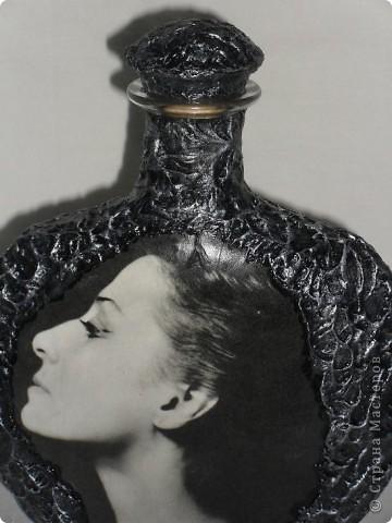 С 1973 года я бережно хранила этот портрет Майи Плисецкой, вырезанный мной из какого-то журнала. Так хранила и берегла, что не потерялся он при многочисленных переездах, он был мне дорог, чем и сама не знаю, просто дорог! Теперь, надеюсь, в таком виде он сохранится ещё на долгие годы! Хотелось бы ещё услышать ваш совет по поводу обратной стороны бутылки. Мне кажется, что зря я наклеила эту танцующую балет пару. Во-первых по цвету очень выбивается этот сюжет из всей композиции, он хоть и чёрно-белый, но намного светлее самой МАЙИ. Наверное стоит его задекорировать, как и всю бутылку? Посоветуйте!!! фото 3