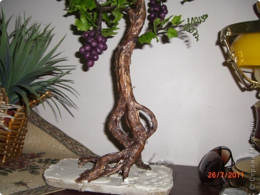 Вот решила сотворить,что то похожое на бонсай.Увидела такое дерево в одном японском журнале.Там у дерева только ствол и виноград из холодного фарфора(или из полимерной глины),листья из ткани.Я решила сделать все из холодного фарфора.Ствол дерева обклеила корой березы и покрасила.Оно еще не идеально,в сровнении с роботами на сайте.Буду стараться. фото 3
