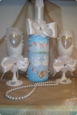 Доброй ночи! Насмотрелась в Стране свадебной красоты и решила сделать сестре подарок.  Нашлась единственная салфетка со свадебной тематикой. Не смогла найти у нас пластику для розочек, поэтому обошлась бусинками, бисером и лентами.  Выставляю на Ваш суд. фото 1