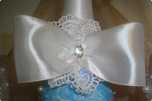 Доброй ночи! Насмотрелась в Стране свадебной красоты и решила сделать сестре подарок.  Нашлась единственная салфетка со свадебной тематикой. Не смогла найти у нас пластику для розочек, поэтому обошлась бусинками, бисером и лентами.  Выставляю на Ваш суд. фото 3