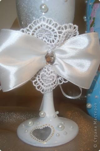 Доброй ночи! Насмотрелась в Стране свадебной красоты и решила сделать сестре подарок.  Нашлась единственная салфетка со свадебной тематикой. Не смогла найти у нас пластику для розочек, поэтому обошлась бусинками, бисером и лентами.  Выставляю на Ваш суд. фото 4
