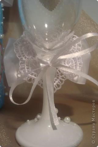 Доброй ночи! Насмотрелась в Стране свадебной красоты и решила сделать сестре подарок.  Нашлась единственная салфетка со свадебной тематикой. Не смогла найти у нас пластику для розочек, поэтому обошлась бусинками, бисером и лентами.  Выставляю на Ваш суд. фото 8