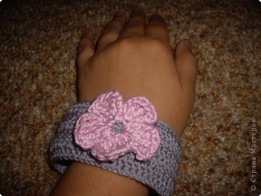 Вязаный браслет с цветочком фото 3