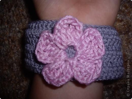 Вязаный браслет с цветочком фото 2