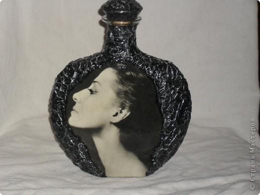 Вот переделала обратную сторону бутылки и сделала ей в пару тарелочку. На бутылке портрет Майи Плисецкой немного желтит,это она лаком покрыта, а тарелка ещё без лака. Не саудите строго. фото 5