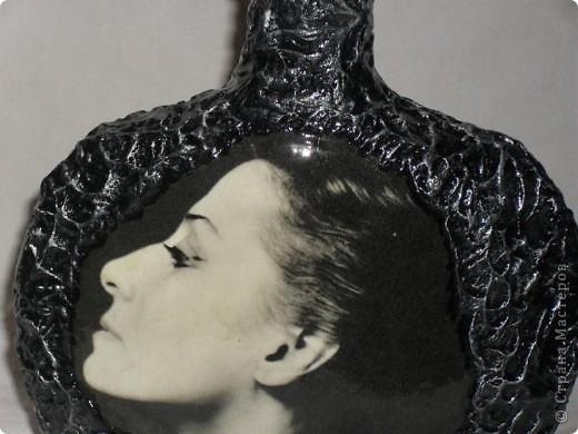 Вот переделала обратную сторону бутылки и сделала ей в пару тарелочку. На бутылке портрет Майи Плисецкой немного желтит,это она лаком покрыта, а тарелка ещё без лака. Не саудите строго. фото 6