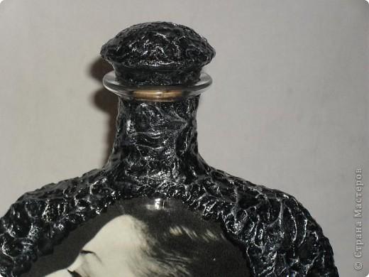 Вот переделала обратную сторону бутылки и сделала ей в пару тарелочку. На бутылке портрет Майи Плисецкой немного желтит,это она лаком покрыта, а тарелка ещё без лака. Не саудите строго. фото 8