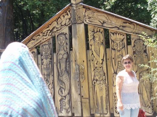 8 лет назад я с мамой и папой ездила в Евпаторию.Там проводилась экскурсия в Ялту на поляну сказок.Тема была русские сказки.Мы поехали.Там так красиво и необычно.Мне очень понравилось. фото 7