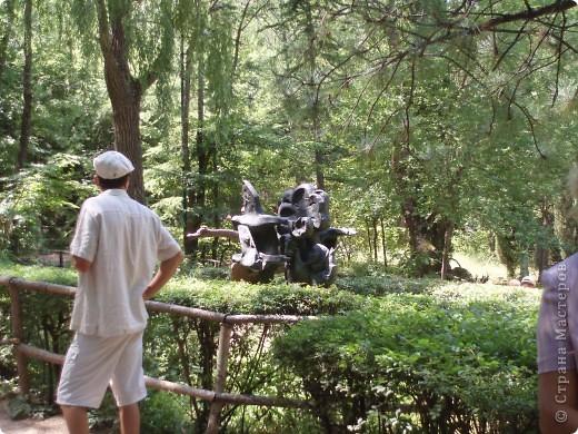 8 лет назад я с мамой и папой ездила в Евпаторию.Там проводилась экскурсия в Ялту на поляну сказок.Тема была русские сказки.Мы поехали.Там так красиво и необычно.Мне очень понравилось. фото 10