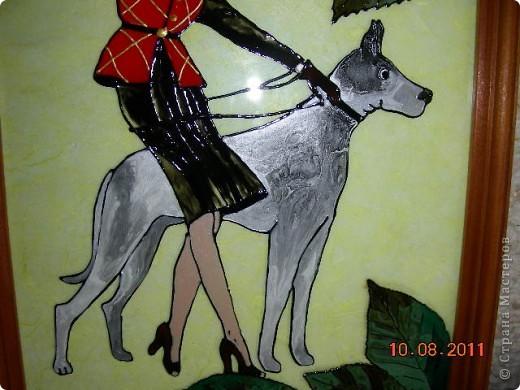 """Увидев вышивки госпожи """"Любопытной"""" захотела и себе такую даму с собачкой, но так как с вышивкой не дружу да и очень долго, решила нарисовать контуром и расписать красками по стеклу. Вот что в итоге получилось. фото 2"""