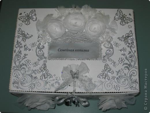 Вот такую замечательную коробочку для свадебных открыток я преподнесла молодожёнам.
