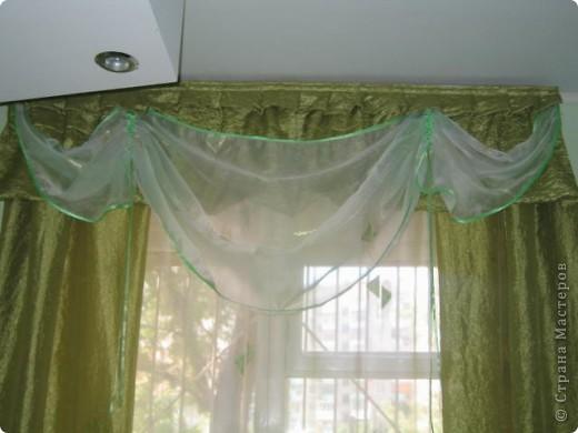Покрасила обои на кухне, так как хотелось перемен. А потом пришлось под новые стены шить шторы. Долго рыскала по интернету в поисках идей, изучала пошив. В итоге вот что у меня получилось.  фото 2