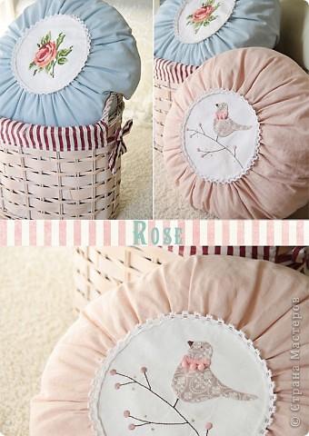 На днях сшились две круглые подушечки - голубая и розовая. Классическую, с розой, сшила в подарок, а розовую... не удержалась и сшила себе :) фото 1