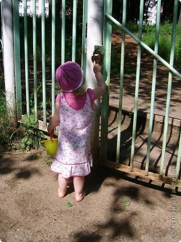 Июнь 2011г Насте 2г1мес У Настены косолапость,мне кажется.Ножки как-то криво ставит при ходьбе. Решила этим делом заняться,а заодним и профилактикой плоскостопия. Сегодня у нас была прогулка голыми ножками.Пошли гулять в соседний детский сад.Воскресенье,ребят нет.А территория все-таки чистая,нет стекол,мусора(как везде).Дачи у нас нет,к бабушке в деревню не известно когда выберемся.Вот и решила в городских условиях ногами босыми походить.Сама тоже ходила.Гуляли часа полтора,потом уже слишком жарко стало-домой пошли. фото 12