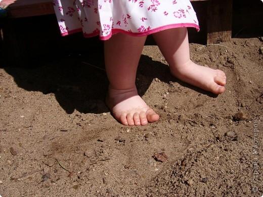 Июнь 2011г Насте 2г1мес У Настены косолапость,мне кажется.Ножки как-то криво ставит при ходьбе. Решила этим делом заняться,а заодним и профилактикой плоскостопия. Сегодня у нас была прогулка голыми ножками.Пошли гулять в соседний детский сад.Воскресенье,ребят нет.А территория все-таки чистая,нет стекол,мусора(как везде).Дачи у нас нет,к бабушке в деревню не известно когда выберемся.Вот и решила в городских условиях ногами босыми походить.Сама тоже ходила.Гуляли часа полтора,потом уже слишком жарко стало-домой пошли. фото 1