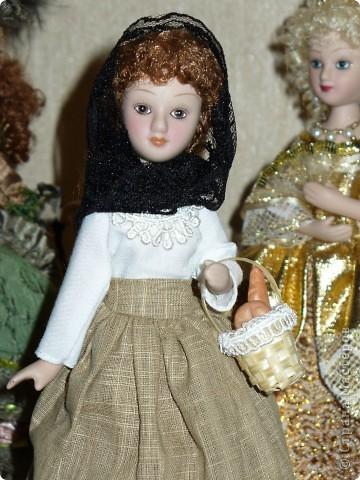 Новая героиня от ДэА - Фортуната. На этот раз куклу не лишили аксессуара - корзинки с булками, что радует.) Качество одежды неплохое, но без внесения дополнений все же не обошлось. фото 4