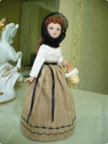 Новая героиня от ДэА - Фортуната. На этот раз куклу не лишили аксессуара - корзинки с булками, что радует.) Качество одежды неплохое, но без внесения дополнений все же не обошлось. фото 3