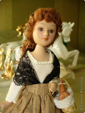 Новая героиня от ДэА - Фортуната. На этот раз куклу не лишили аксессуара - корзинки с булками, что радует.) Качество одежды неплохое, но без внесения дополнений все же не обошлось. фото 1