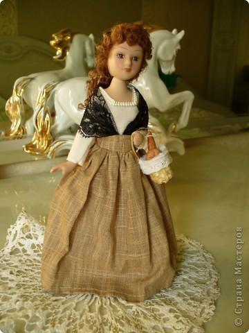 Новая героиня от ДэА - Фортуната. На этот раз куклу не лишили аксессуара - корзинки с булками, что радует.) Качество одежды неплохое, но без внесения дополнений все же не обошлось. фото 2