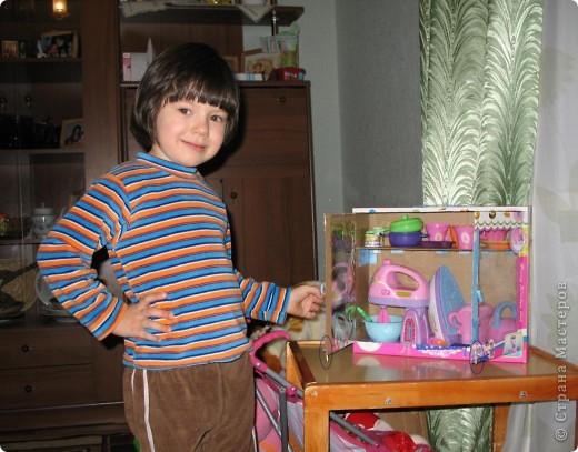 Здравствуйте! Хочу поделиться идеей. Она пришла в голову во время уборки. В руки попала коробка из под игрушечного миксера... Когда моей дочери исполнилось 3 года ей подарили столько всяких игрушек! Наверно надо размещать предметы одного направления в одном месте. В коробке с мягкими игрушками всяким посудным принадлежностям не место - теряются они в ней. А если нет места, то все это валяется как попало. И это не дело. А если у ребенка будут предметы аналогичные тем, что есть у взрослых, то и сам ребенок ведет себя как взрослый - подражает. Так что, если у мамы с бабушкой на кухне все стоит по своим местам в шкафчиках, то и у Оли должен быть шкафчик, куда бы она - хозяйка составляла свою игрушечную кухню (как-то утюг прописался там же...) Прошу прощения за столь длинное вступление. фото 2