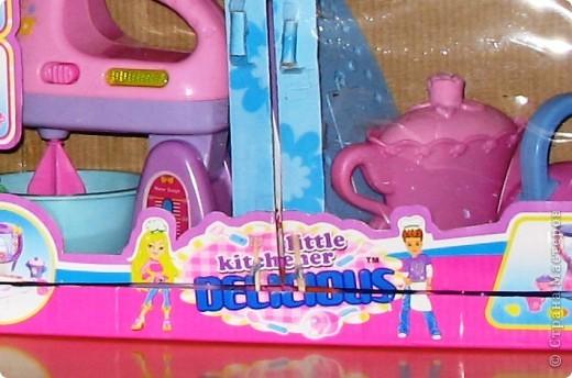 Здравствуйте! Хочу поделиться идеей. Она пришла в голову во время уборки. В руки попала коробка из под игрушечного миксера... Когда моей дочери исполнилось 3 года ей подарили столько всяких игрушек! Наверно надо размещать предметы одного направления в одном месте. В коробке с мягкими игрушками всяким посудным принадлежностям не место - теряются они в ней. А если нет места, то все это валяется как попало. И это не дело. А если у ребенка будут предметы аналогичные тем, что есть у взрослых, то и сам ребенок ведет себя как взрослый - подражает. Так что, если у мамы с бабушкой на кухне все стоит по своим местам в шкафчиках, то и у Оли должен быть шкафчик, куда бы она - хозяйка составляла свою игрушечную кухню (как-то утюг прописался там же...) Прошу прощения за столь длинное вступление. фото 4