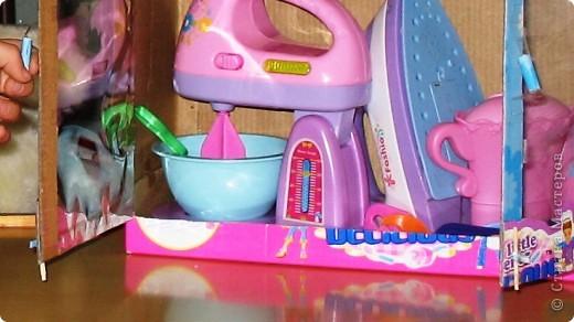 Здравствуйте! Хочу поделиться идеей. Она пришла в голову во время уборки. В руки попала коробка из под игрушечного миксера... Когда моей дочери исполнилось 3 года ей подарили столько всяких игрушек! Наверно надо размещать предметы одного направления в одном месте. В коробке с мягкими игрушками всяким посудным принадлежностям не место - теряются они в ней. А если нет места, то все это валяется как попало. И это не дело. А если у ребенка будут предметы аналогичные тем, что есть у взрослых, то и сам ребенок ведет себя как взрослый - подражает. Так что, если у мамы с бабушкой на кухне все стоит по своим местам в шкафчиках, то и у Оли должен быть шкафчик, куда бы она - хозяйка составляла свою игрушечную кухню (как-то утюг прописался там же...) Прошу прощения за столь длинное вступление. фото 5