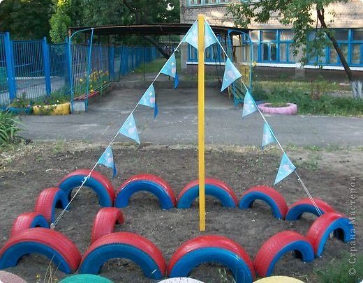Вот и мы построили лодочку в детском саду из автомобильных покрышек.  фото 3