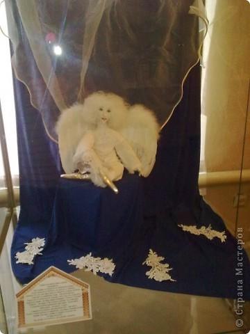 это первая витрина экспозиции. Царь Миша и царица Анфиса из Ситцевого Царства. На заднем плане - плоскостная декорация, дворец. У Царя в руке клубничка, у царицы платочекк для утирания мордахи царю... фото 2